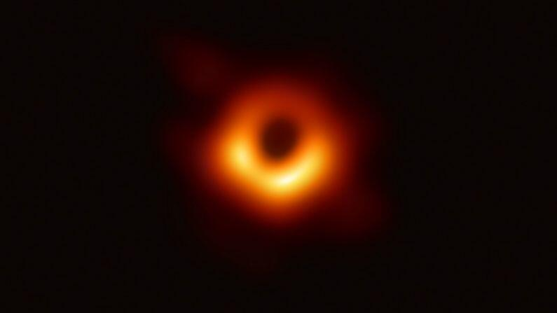 Einstein was 100 years ahead of the world, now the theory of relativity has been proved, scientists have discovered the light behind the black hole