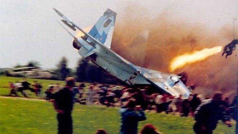 Sukhoi plane crashed in the air, 77 people killed, more than 500 injured during air show