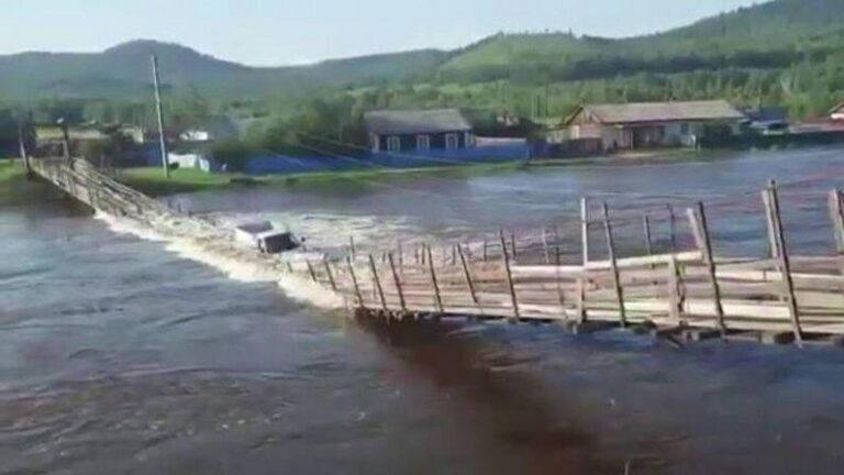 Video: The truck driver had to cross the bridge during the flood, the vehicle submerged in the water after the suspension bridge broke