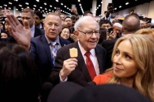 warren buffett birthday today on 30th august know here some buffett tips to invest in market